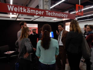 Die Teilnehmer der Messeführung 'E-Publishing' am Stand von Weitkämper Technology. © Alexa Kreßmann