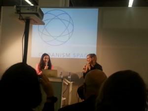 Christiane Frohmann und Judith Holofernes auf dem Podium des Orbanism Space © Tanja Steinlechner