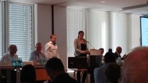Nachwuchssprecherin Ramona Nicklaus und Tobias Stubenrauch präsentieren die Empfehlungen des Nachwuchsparlaments auf der Hauptversammlung des Börsenvereins  ©Denise Marschall