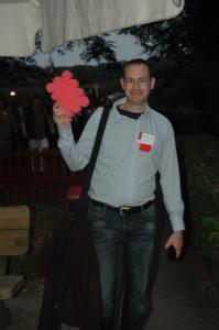 Sebastian Lemke präsentiert den roten Leibnizkeks / Foto: ©Ingrid Hilgers