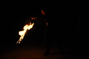 Feuerartistin Maren Eisler in Aktion / Foto: ©Inga Beißwängler